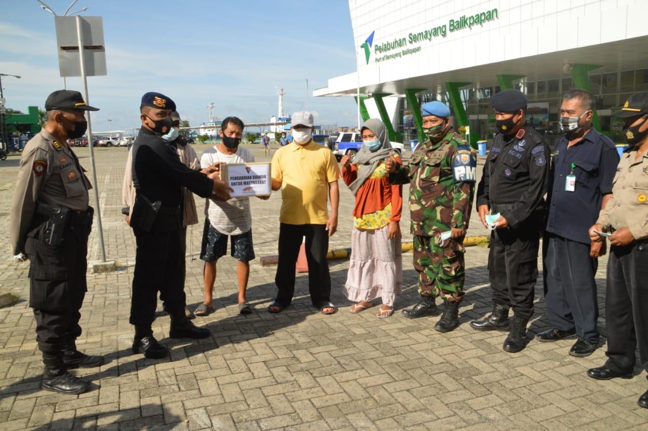 Putus Penyebaran Covid-19, Wadanyon A Pelopor Pimpin Bagi Masker dan Edukasi Warga Pentingnya Prokes di Pelabuhan Semayang Balikpapan