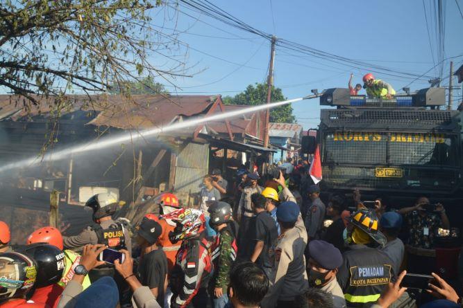 Kerahkan Tim Respon Bencana, Dansat Brimob Kaltim Pimpin Pemadaman di Kampung Baru Balikpapan